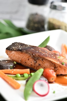 Filetto di salmone alla griglia glassato in una deliziosa salsa teriyaki (base di salsa di soia).