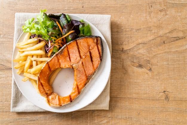 Filetto di salmone alla griglia con verdure e patatine fritte