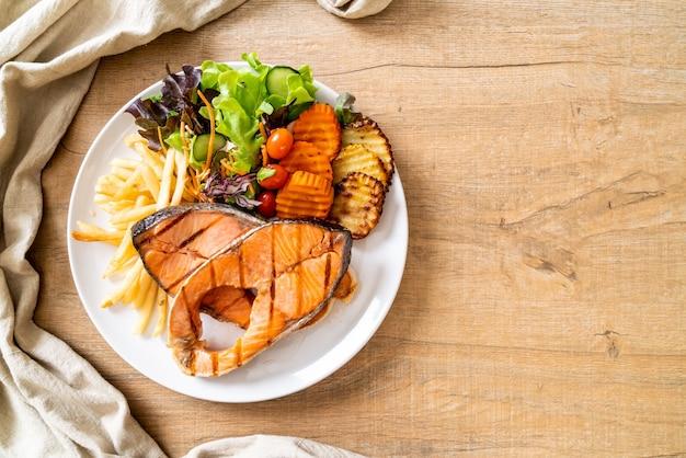 Filetto di bistecca di salmone alla griglia con verdure e patatine fritte