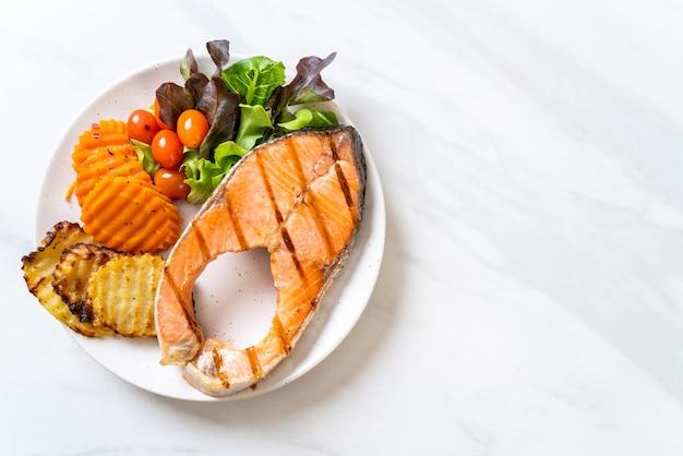 Filetto di salmone alla griglia con verdure e patate fritte