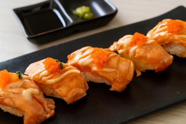 Sushi di salmone alla griglia sulla banda nera