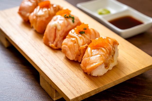 Sushi di salmone alla griglia sulla piastra