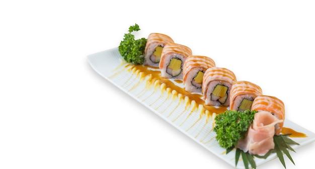 Rotolo di sushi di salmone alla griglia - cibo giapponese su sfondo bianco