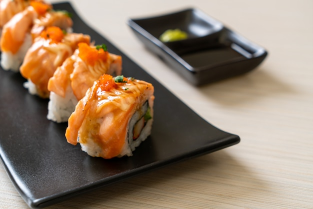 Rotolo di sushi di salmone alla griglia con salsa, stile giapponese