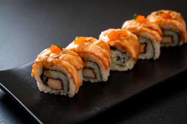 Rotolo di sushi di salmone alla griglia con salsa - stile giapponese