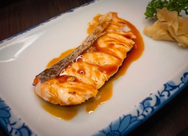 Salmone alla griglia condito con salsa teriyaki giapponese dolce.