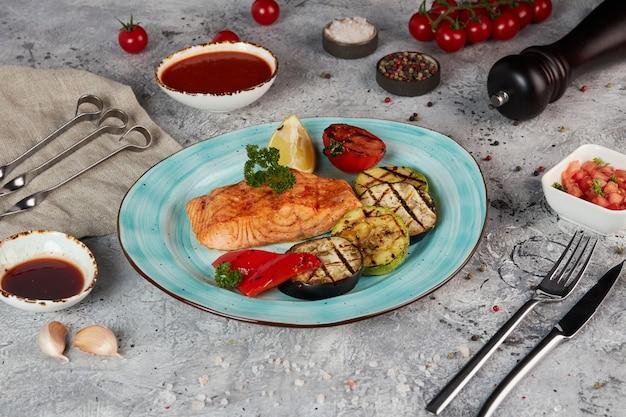 Salmone e verdure alla griglia su un piatto