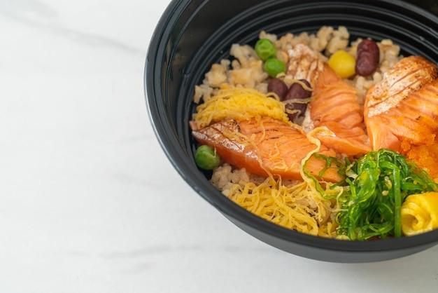 Salmone alla griglia con donburi di riso integrale - stile giapponese