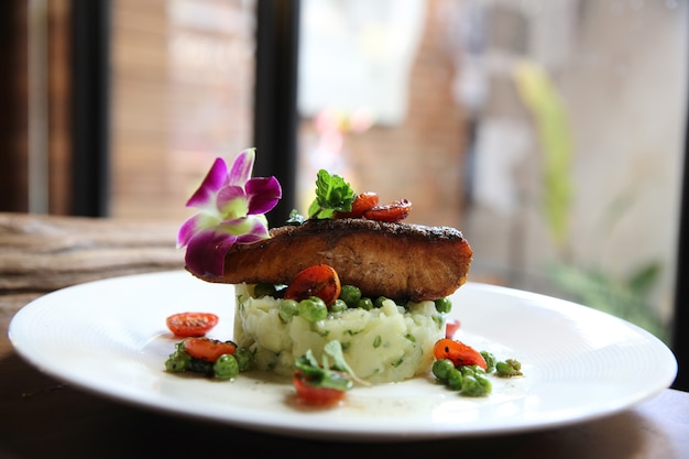 Salmone alla griglia con patate e verdure
