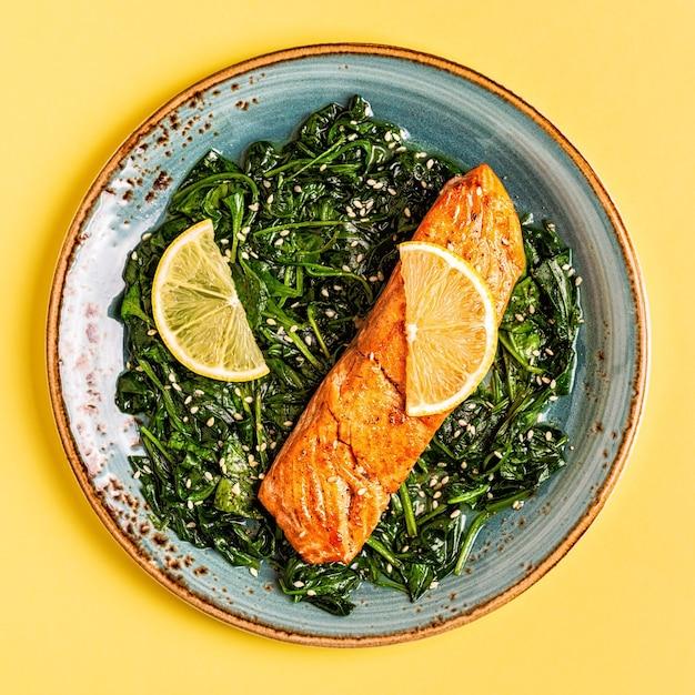 Salmone alla griglia con spinaci, vista dall'alto.