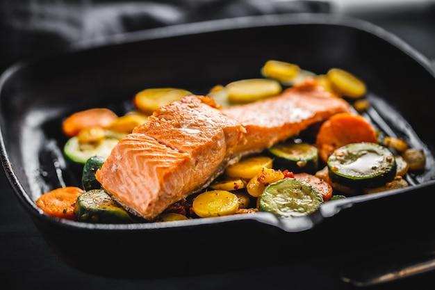 Salmone alla griglia con verdure in padella