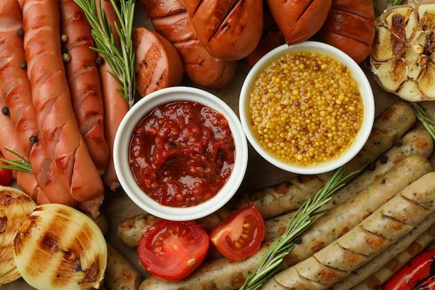 Salsicce, verdure e salse alla griglia, primi piani