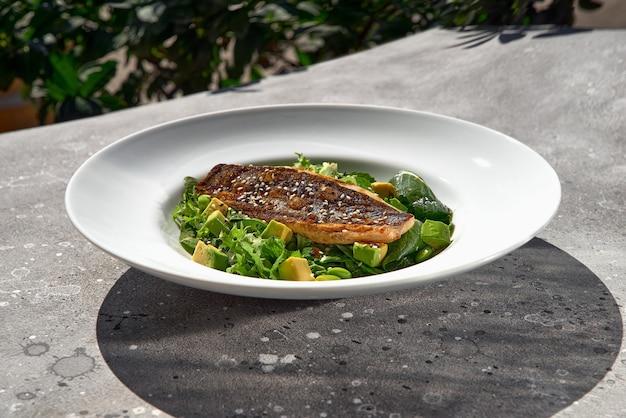 Filetto di branzino alla griglia e avocado con fagiolini, delizioso cibo dietetico