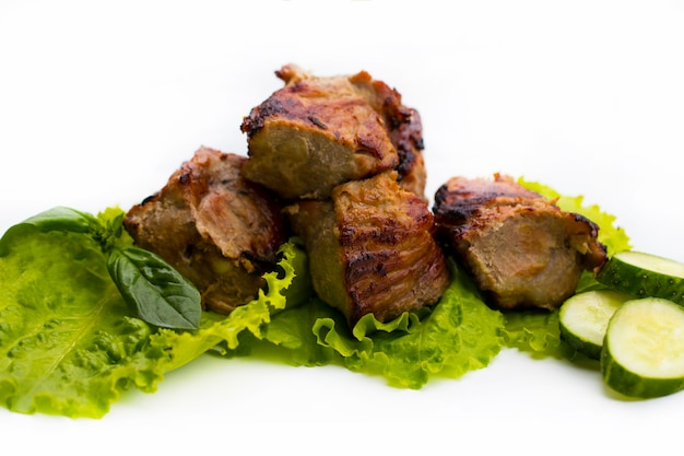 Shish kebab alla griglia o shashlik su spiedini closeup su sfondo bianco.