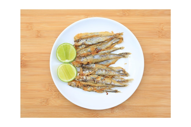 Pesce shishamo alla griglia servito con limone e salsa dolce su sfondo di tavola di legno. vista dall'alto cibo giapponese?