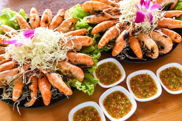 Gamberetti alla griglia con salsa di frutti di mare, buffet di frutti di mare alla griglia di gamberetti