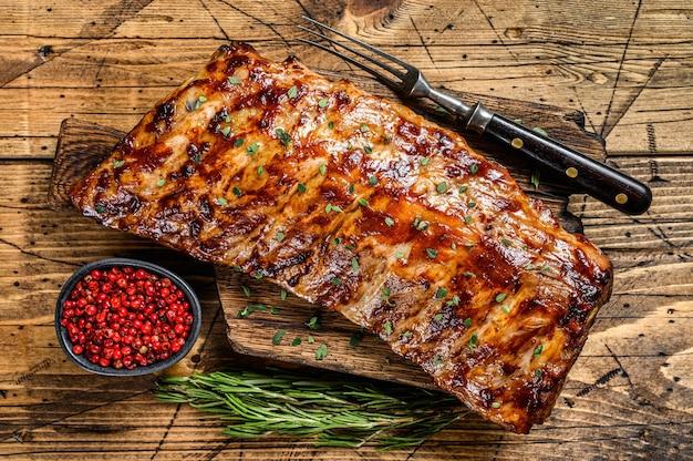 Costine di maiale alla griglia e affumicate.