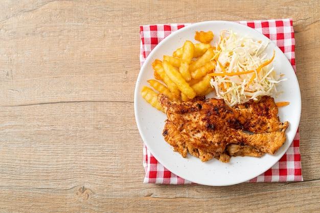 Bistecca di pollo alla griglia piccante barbecue con patatine fritte