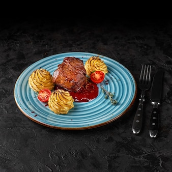 Bistecca alla griglia con glassa al miele. minion di manzo con patate duchessa.