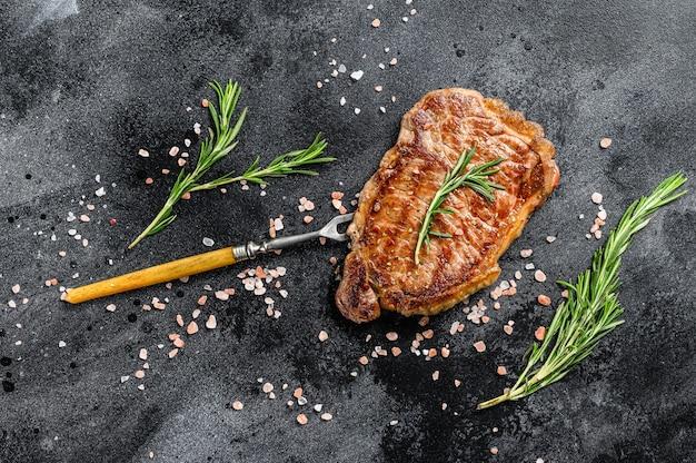 Bistecca di controfiletto alla griglia o strip new york su una forchetta di carne