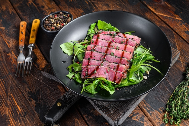 Insalata di bistecca di tonno teriyaki alla griglia con rucola e spinaci