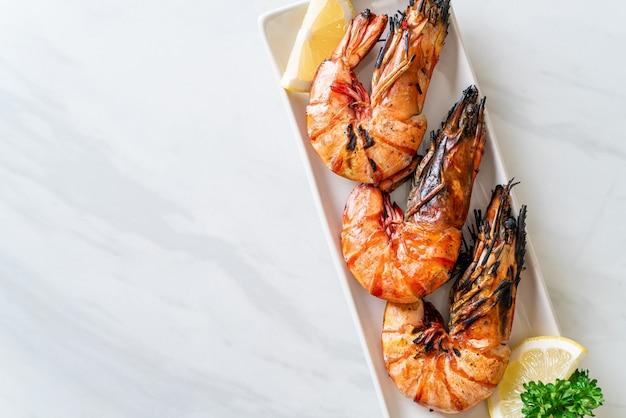 Gamberi tigre alla griglia o gamberetti con limone sul piatto