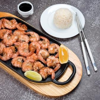 Gamberi tigre alla griglia con spezie, lime e limone, riso e salsa di soia.