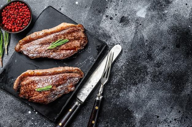 Cappuccio di controfiletto alla griglia o bistecca di picanha su un tagliere di pietra