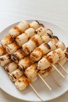 Torta di pasta di pesce a forma di tubo alla griglia o spiedino di calamaro tubolare su piatto