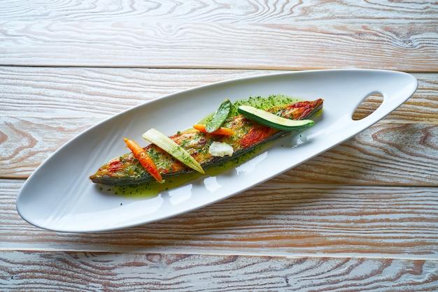 Rombo alla griglia su asparagi selvatici