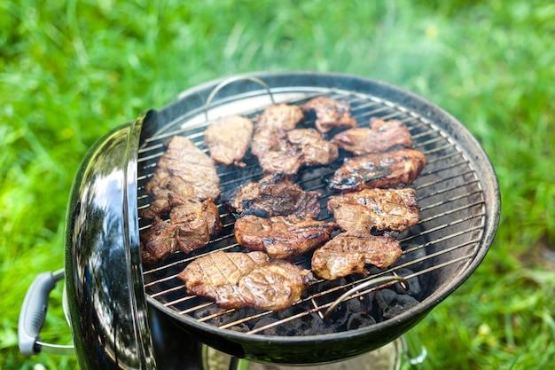 Grigliare carne di maiale con roba da barbecue