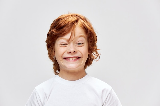 Ragazzo dai capelli rossi con una smorfia