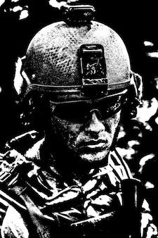 Volto sporco e stanco di us army ranger, giovane ragazzo che indossa occhiali e casco da combattimento. avvicinamento