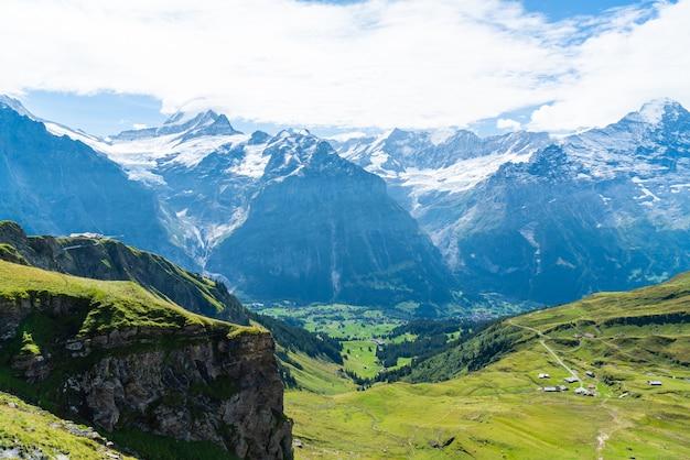 Villaggio di grindelwald con la montagna delle alpi in svizzera
