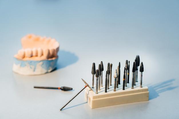 Utensili abrasivi e trapani per odontotecnici.