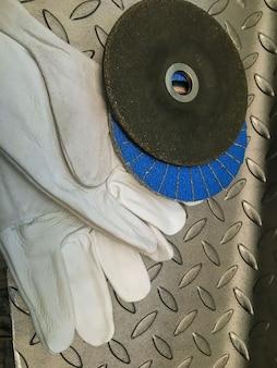 Mola con guanti su fondo in metallo