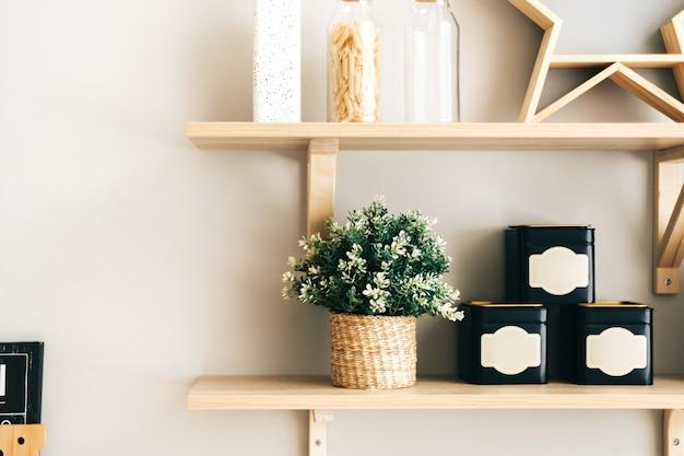 Drogheria e stoviglie sugli scaffali in legno in cucina