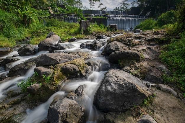 Grojogan watu purbo è una diga fluviale a più piani ed è una delle destinazioni turistiche situate a sleman, yogyakarta
