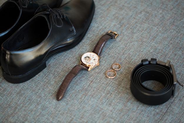 Accessori da sposo. dettagli del matrimonio. scarpe da sposa. scarpe, cintura, orologio, anelli.