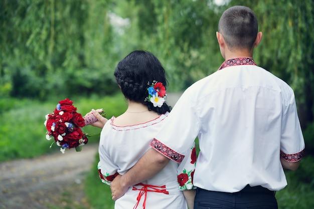 Sposo e sposa, vista posteriore