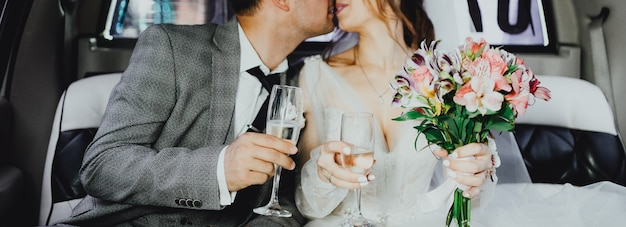 Lo sposo e la sposa in limousine
