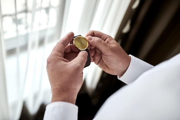 Sposo che controlla il tempo sul suo orologio da polso