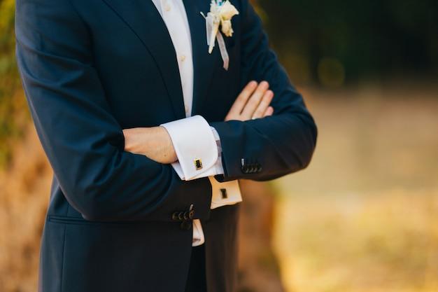 Primo piano delle mani dello sposo