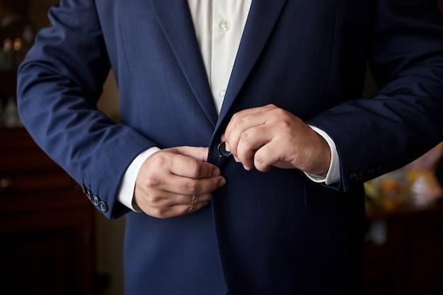 Lo sposo si prepara la mattina prima della cerimonia di matrimonio