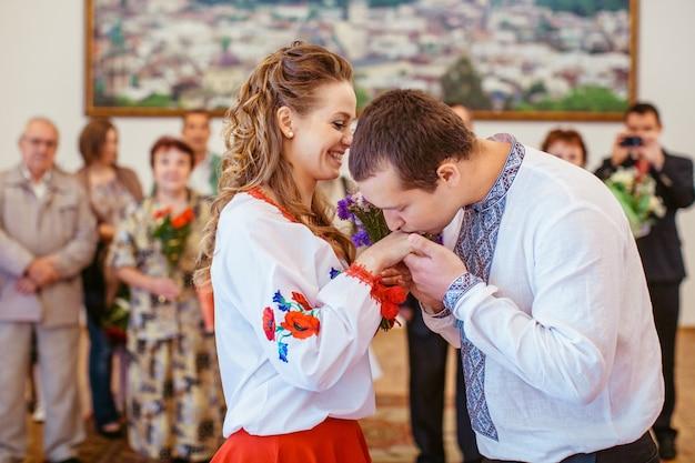 Lo sposo bacia la mano della sposa durante la cerimonia di nozze