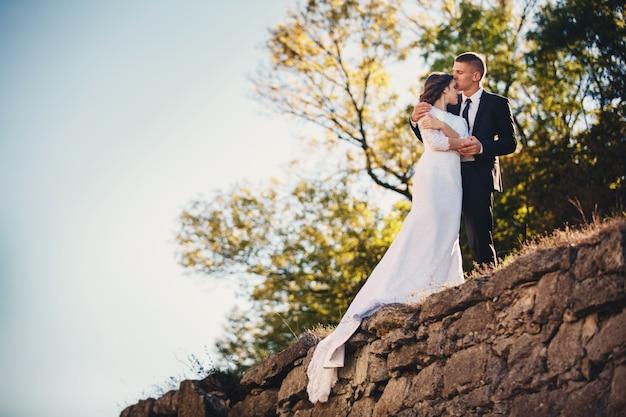 Lo sposo bacia la sua sposa