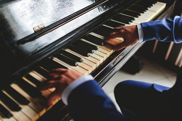 Lo sposo suona il piano