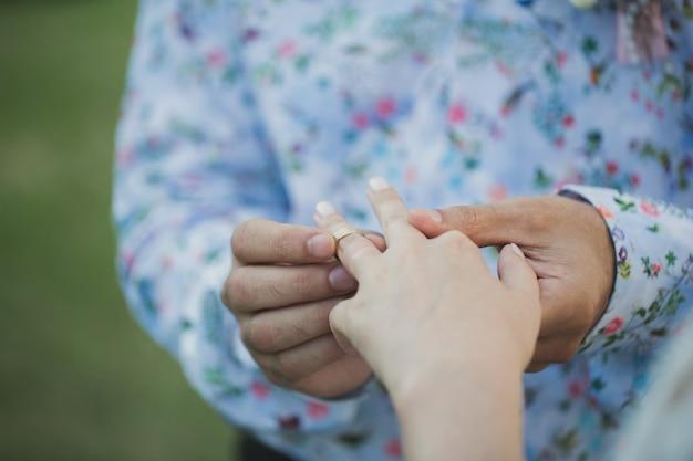 Lo sposo mette un anello sulla sposa alla cerimonia di nozze.