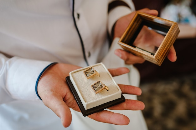 Gemelli da sposo in scatola, gemelli da uomo in oro.