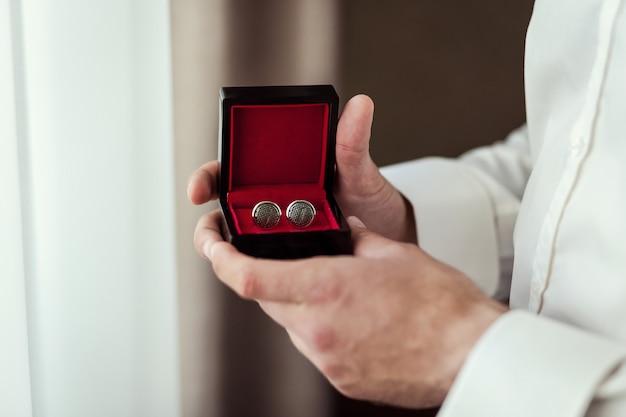 Gemelli da sposo in una scatola